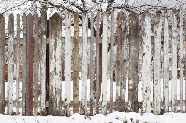 Drewniany płot w zimie