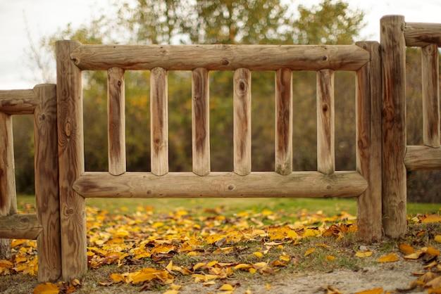 Drewniany płot z naturalnymi liśćmi