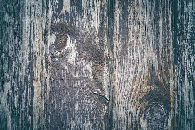 Drewniany płot z rustykalnym tłem z szarej kory drzewa.
