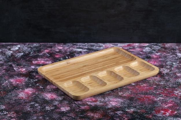 Drewniany półmisek śniadaniowy z wieloma kawałkami?