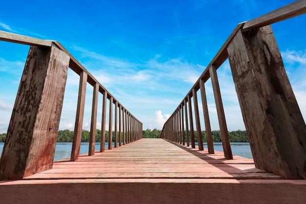 Drewniany pomost do podróży i badania lasu namorzynowego na wybrzeżu