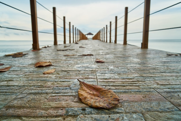 Drewniany port w wodzie morskiej