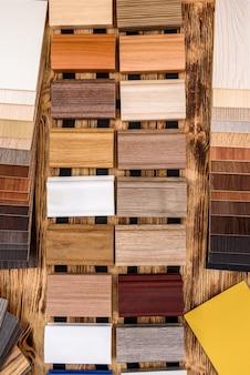Drewniany próbnik w różnych kolorach na stole