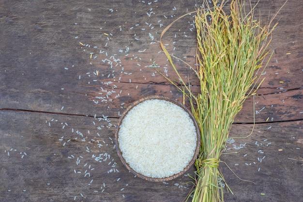 Drewniany puchar z organicznie obgotowywającymi ryż na drewnianym tle. widok z góry, kopia przestrzeń, zdrowa żywność.
