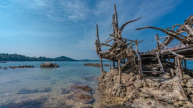 Drewniany punkt widzenia na plaży morza