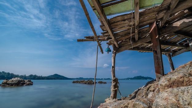Drewniany punkt widzenia z widokiem na morze