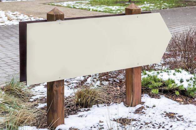 Drewniany pusty lub pusty szyld w parku