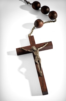 Drewniany różaniec z dołączonym krzyżem