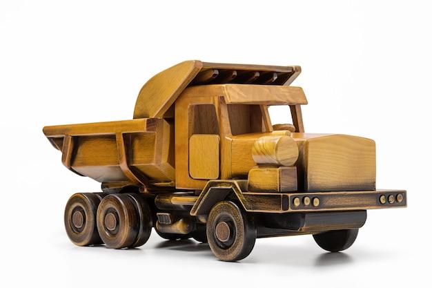 Drewniany samochodzik na białej powierzchni