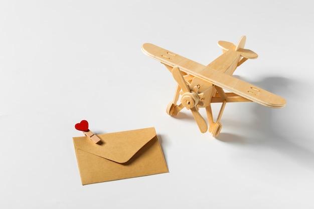 Drewniany samolot i list