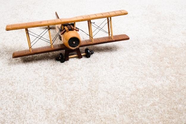 Drewniany samolot na dywanie