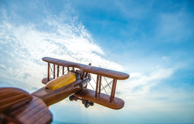 Drewniany samolot na tle błękitnego nieba