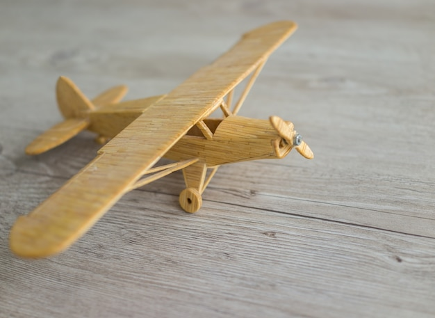 Drewniany samolot zabawka