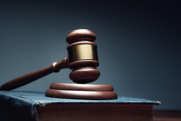 Drewniany sędzia na książce na biurku