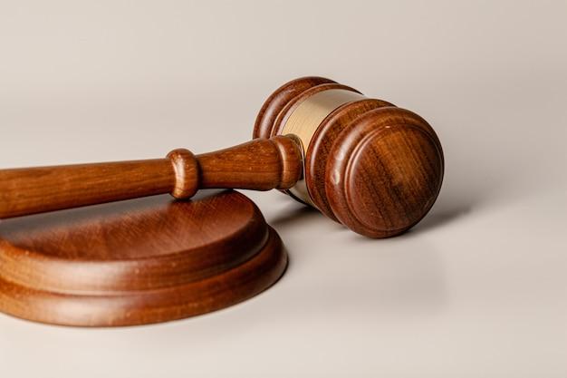 Drewniany sędziego młoteczek na stołu zakończeniu up