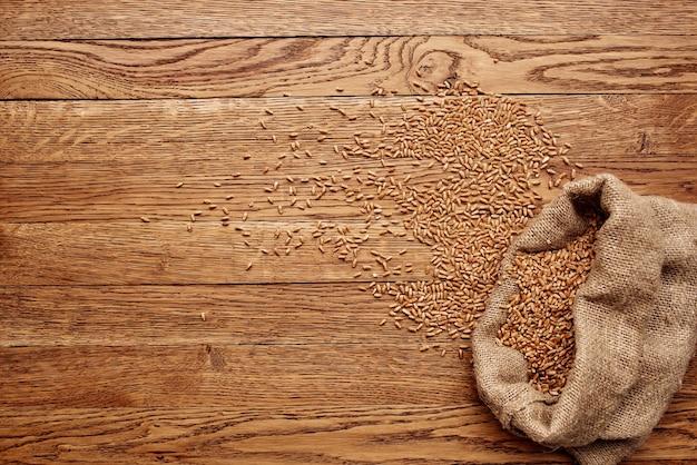 Drewniany składnik kuchenny na ziarno stołu