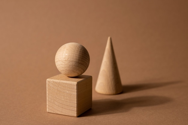 Drewniany Sortownik Zabawkowy Dla Dzieci Z Małymi Drewnianymi Detalami W Postaci Geometrycznych Kształtów Prostokąta Premium Zdjęcia