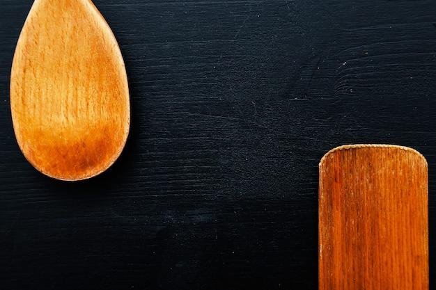 Drewniany sprzęt do gotowania na blacie kuchennym