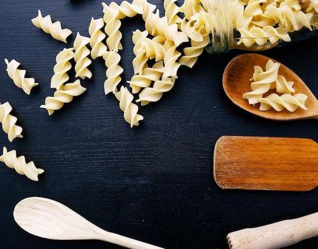 Drewniany sprzęt na blacie kuchennym z przyprawami