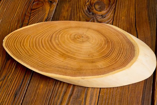 Drewniany stojak na drewnianym stole.