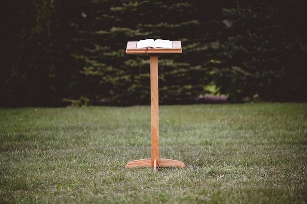 Drewniany stojak na przemówienie z otwartą książką