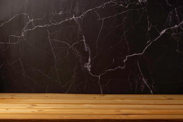 Drewniany stół do prezentacji i prezentacji produktów na tle przyrody