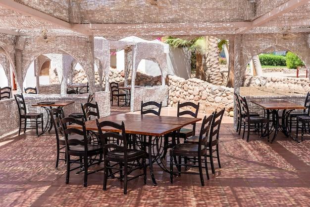 Drewniany stół i krzesła w kawiarni na plaży nad morzem czerwonym w sharm el sheikh, egipt, z bliska