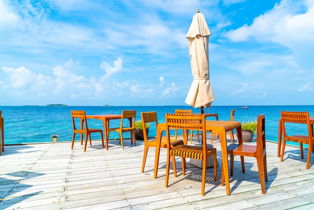 Drewniany stół i krzesło z widokiem na morze na malediwach