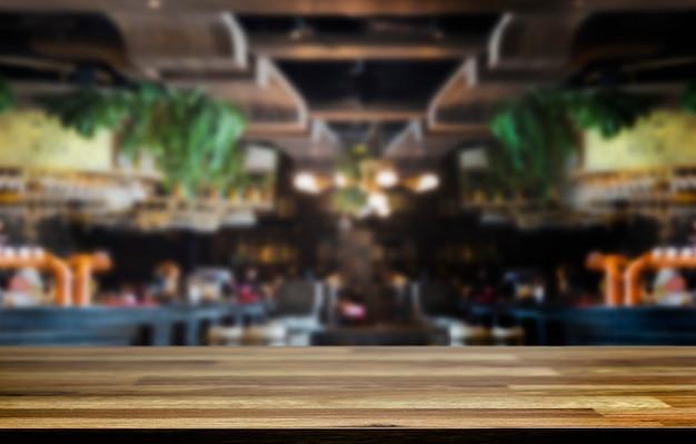 Drewniany stół i niewyraźna kawiarnia