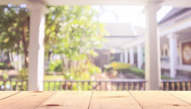 Drewniany stół i podwórko