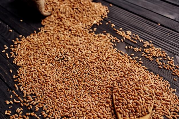Drewniany stół jedzenie naturalne składniki drewna w tle