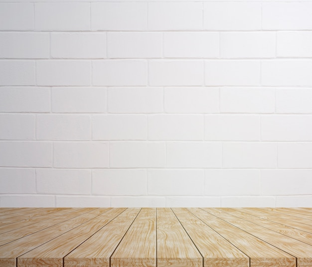 Drewniany stół makieta dla ciebie z białym dużym ceglanym tekstury tłem.