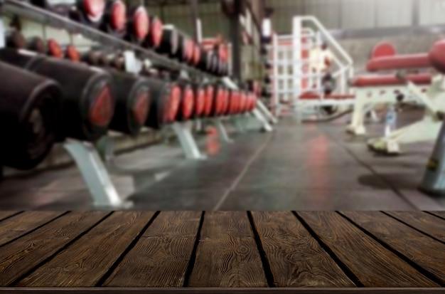 Drewniany stół na zamazanym tle sprawności fizycznej gym wnętrze