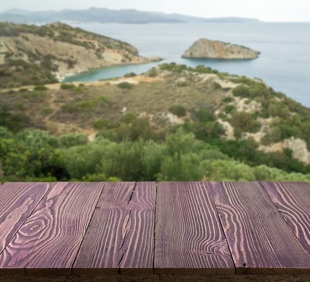 Drewniany stół na zewnątrz z widokiem na morze w piękny letni dzień.