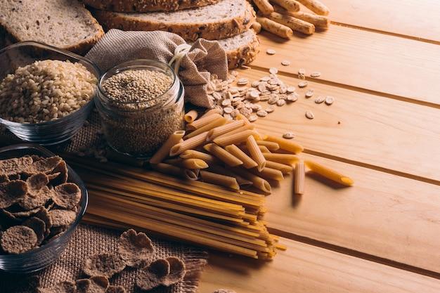 Drewniany stół pełen pełnoziarnistych produktów bogatych w błonnik, idealny do zbilansowanej diety