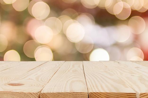 Drewniany stół przed streszczenie niewyraźne tło bokeh