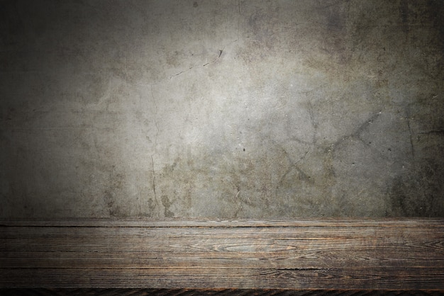 Drewniany stół tarasowy na szarym tle grunge