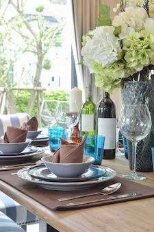 Drewniany stół w jadalni z elegancką zastawą stołową