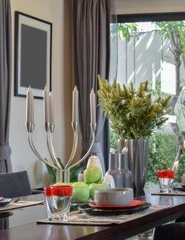 Drewniany stół w jadalni z eleganckim nakryciem stołu