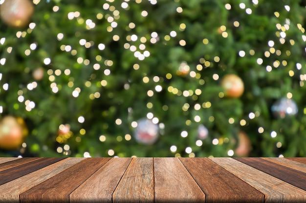 Drewniany stół w przodzie zamazywał bożego narodzenia tło, bokeh