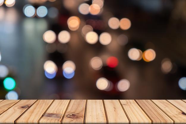 Drewniany stół w przodzie zamazywał ruchu drogowego tło, bokeh