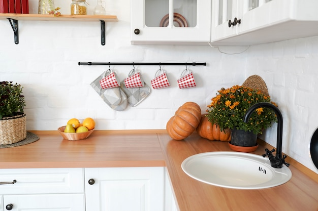 Drewniany stół wnętrze kuchni jesień