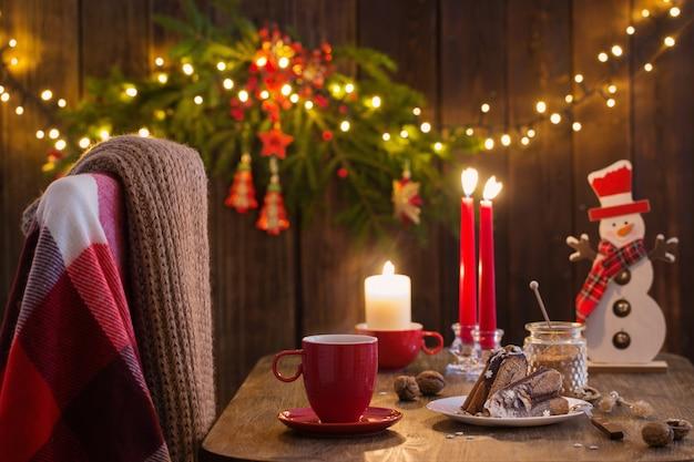Drewniany stół z ciastem i wystrojem świątecznym