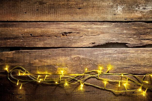 Drewniany stół z dekoracjami świątecznymi