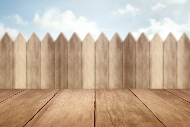 Drewniany stół z drewnianym płotem i błękitne niebo