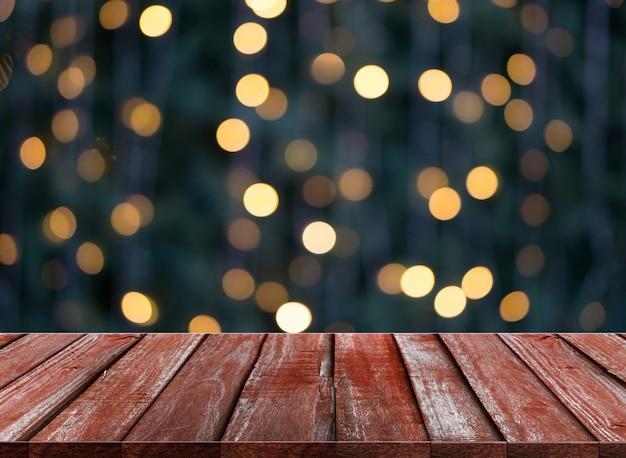 Drewniany stół z lampkami bokeh