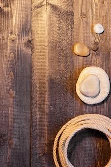 Drewniany stół z liną i kamieniami