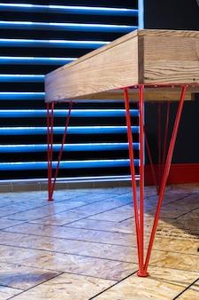Drewniany Stół Z Metalowymi Nogami Premium Zdjęcia