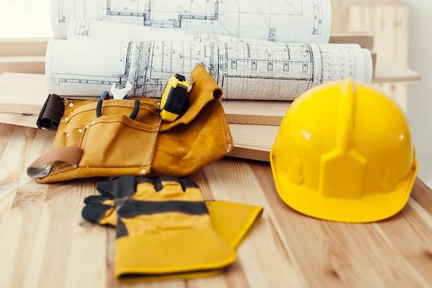 Drewniany stół z narzędziami do pracy