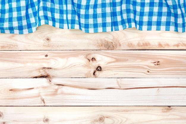 Drewniany stół z niebieskim obrusem